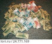 Купить «Пачки денег на полу», фото № 24771169, снято 23 ноября 2007 г. (c) Ирина Климкович / Фотобанк Лори