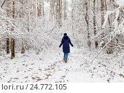 Девушка гуляет в снежном лесу в Беларуси (2016 год). Стоковое фото, фотограф Viktoryia Vinnikava / Фотобанк Лори
