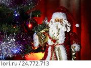 Купить «Дед Мороз у новогодней ёлки», эксклюзивное фото № 24772713, снято 5 мая 2016 г. (c) Вероника / Фотобанк Лори
