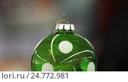 Christmas concept. Christmas ball sold at the Christmas Fair. Background in blur. Стоковое видео, видеограф Vladimir Botkin / Фотобанк Лори
