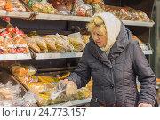 Купить «Пожилая женщина выбирает хлеб в супермаркете», фото № 24773157, снято 1 февраля 2015 г. (c) Юлия Юриева / Фотобанк Лори