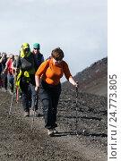 Группа девушек-туристок идут по тропинке на вершину вулкана Авача, фото № 24773805, снято 7 августа 2014 г. (c) А. А. Пирагис / Фотобанк Лори