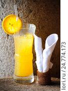 Купить «Стакан с холодным апельсиновым соком на плетеной салфетке из рогожки», фото № 24774173, снято 22 июля 2019 г. (c) Olesya Tseytlin / Фотобанк Лори