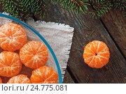 Очищенные мандарины на деревянном фоне. Стоковое фото, фотограф Виталий Федоров / Фотобанк Лори
