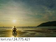 Купить «Женщина медитирует на морском пляже», фото № 24775421, снято 19 декабря 2016 г. (c) Галаганов Дмитрий Александрович / Фотобанк Лори