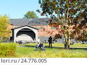 Купить «Лужайка для отдыха на территории Новой Голландии. Санкт-Петербург», эксклюзивное фото № 24776005, снято 13 сентября 2016 г. (c) Александр Щепин / Фотобанк Лори