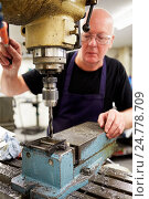Купить «Engineer Operating Milling Machine In Factory», фото № 24778709, снято 17 августа 2013 г. (c) easy Fotostock / Фотобанк Лори