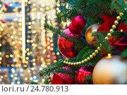 Рождественская елка на улице на фоне новогодней иллюминации (2016 год). Стоковое фото, фотограф Владимир Мельников / Фотобанк Лори