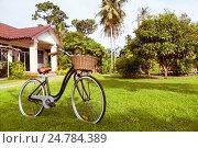 Купить «Старый велосипед на зеленом дворе возле дома», фото № 24784389, снято 16 ноября 2016 г. (c) Галаганов Дмитрий Александрович / Фотобанк Лори
