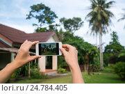 Купить «Фотографирование дома на телефон», фото № 24784405, снято 7 ноября 2016 г. (c) Галаганов Дмитрий Александрович / Фотобанк Лори