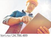 Купить «close up of builder in hardhat with tablet pc», фото № 24786489, снято 21 сентября 2014 г. (c) Syda Productions / Фотобанк Лори