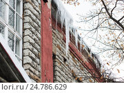 Купить «icicles on building or living house facade», фото № 24786629, снято 11 ноября 2016 г. (c) Syda Productions / Фотобанк Лори