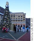 Купить «Новогодняя елка на площади курорта Роза Хутор», фото № 24787337, снято 23 декабря 2016 г. (c) DiS / Фотобанк Лори