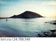 Playa de Sa Mesquida con dos personas saliendo del mar al amanecer. Sa Mesquida, Menorca, Islas Baleares, España, Europa. Стоковое фото, фотограф Lluís Real / age Fotostock / Фотобанк Лори