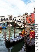 Две красивые венецианские гондолы ждут туристов у моста Риальто, фото № 24790873, снято 9 октября 2016 г. (c) Виктория Катьянова / Фотобанк Лори