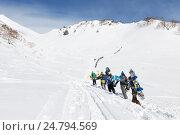 Купить «Сноубордисты и горнолыжники поднимаются пешком на гору для фрирайда», фото № 24794569, снято 9 марта 2014 г. (c) А. А. Пирагис / Фотобанк Лори