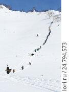 Подъем на вершину горы сноубордистов и горнолыжников для фрирайда, фото № 24794573, снято 9 марта 2014 г. (c) А. А. Пирагис / Фотобанк Лори