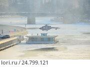 Купить «Посадка вертолета МЧС на оборудованную вертолетную площадку на Краснохолмской набережной. Таганский район. Москва», эксклюзивное фото № 24799121, снято 13 декабря 2016 г. (c) lana1501 / Фотобанк Лори