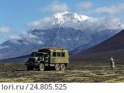 Купить «Камчатка, автомобиль ЗИЛ-вахтовка на фоне вулкана», фото № 24805525, снято 27 августа 2014 г. (c) А. А. Пирагис / Фотобанк Лори