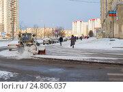 Купить «Трактор расчищает снег на улице. Санкт-Петербург», эксклюзивное фото № 24806037, снято 2 января 2017 г. (c) Александр Щепин / Фотобанк Лори