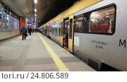 Купить «POV view of walking on main railway station near the train», видеоролик № 24806589, снято 21 декабря 2016 г. (c) Антон Гвоздиков / Фотобанк Лори