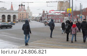Купить «Москва, люди переходят дорогу на улице Солженицина, Таганская площадь», эксклюзивный видеоролик № 24806821, снято 3 января 2017 г. (c) Дмитрий Неумоин / Фотобанк Лори