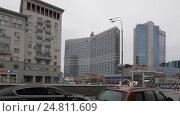Купить «Автомобили выезжают с Новинского бульвара на Новый Арбат, город Москва. Проводка, слева на право», эксклюзивный видеоролик № 24811609, снято 3 января 2017 г. (c) Дмитрий Неумоин / Фотобанк Лори