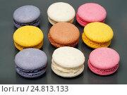 Маленькие круглые пирожные разных цветов и вкусов. Стоковое фото, фотограф Dmitry29 / Фотобанк Лори