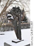 """Купить «Скульптура """"Поверженный"""" (скульптор А. С. Григорьев, 1986 год, металл) в парке искусств """"Музеон"""" в Москве», эксклюзивное фото № 24813397, снято 3 декабря 2016 г. (c) lana1501 / Фотобанк Лори"""