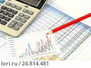 Купить «Графики, диаграммы, калькулятор и ручка. Бизнес-натюрморт», эксклюзивное фото № 24814481, снято 5 января 2017 г. (c) Юрий Морозов / Фотобанк Лори