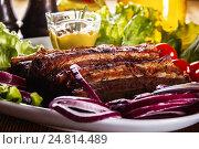 Жареные свиные ребрышки со свежими овощами и горчицей на тарелке. Стоковое фото, фотограф Ольга Соловьева / Фотобанк Лори