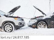 Купить «Charging automobile discharged battery by booster jumper cables at winter», фото № 24817185, снято 5 января 2017 г. (c) Дмитрий Калиновский / Фотобанк Лори