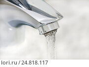 Вода, бегущая из крана. Стоковое фото, фотограф Левончук Юрий / Фотобанк Лори