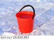 Купить «Красное ведро с водой на снегу. Зима», эксклюзивное фото № 24820961, снято 5 января 2017 г. (c) Анатолий Матвейчук / Фотобанк Лори