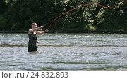 Купить «Рыбак стоящий в воде, ловит рыбу нахлыстовой снастью на Камчатке», видеоролик № 24832893, снято 14 июля 2016 г. (c) А. А. Пирагис / Фотобанк Лори