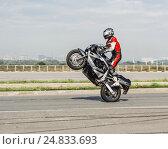 Мотоциклист на заднем колесе (2016 год). Редакционное фото, фотограф Станислав Краснов / Фотобанк Лори