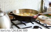 Eggs and sausage in a frying pan. Стоковое видео, видеограф Сергей Кальсин / Фотобанк Лори