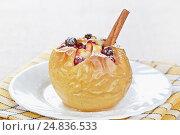 Купить «Яблоко, запеченное с медом и клюквой», фото № 24836533, снято 6 декабря 2015 г. (c) Галина Михалишина / Фотобанк Лори