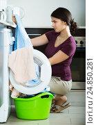 Купить «woman with musty towels», фото № 24850281, снято 23 апреля 2019 г. (c) Яков Филимонов / Фотобанк Лори