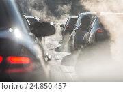 Купить «Размытые силуэты автомобилей в окружении пара от выхлопных труб», фото № 24850457, снято 8 января 2017 г. (c) Светлана Ельцова / Фотобанк Лори