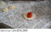 Купить «woman prepares pies with jam», видеоролик № 24854089, снято 6 января 2017 г. (c) Володина Ольга / Фотобанк Лори