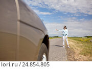 Купить «woman hitchhiking and stopping car with thumbs up», фото № 24854805, снято 12 июня 2016 г. (c) Syda Productions / Фотобанк Лори