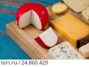 Cheese with knife on chopping board. Стоковое фото, агентство Wavebreak Media / Фотобанк Лори