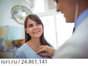 Купить «Doctor examining a female patient», фото № 24861141, снято 9 июля 2016 г. (c) Wavebreak Media / Фотобанк Лори
