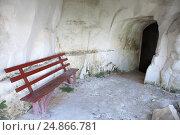 Купить «Скамейка возле входа в помещение, вырубленное в меловой горе», фото № 24866781, снято 15 июля 2014 г. (c) Slasha / Фотобанк Лори