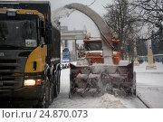 Купить «Снегоуборочная техника убирает снег во время снегопада на ВДНХ в городе Москве, Россия», фото № 24870073, снято 15 января 2017 г. (c) Николай Винокуров / Фотобанк Лори