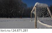 Купить «Winter snow frosty day on the football field», видеоролик № 24871281, снято 15 января 2017 г. (c) Ринат Файзуллин / Фотобанк Лори