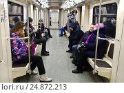 В вагоне Московского метро (2017 год). Редакционное фото, фотограф Victoria Demidova / Фотобанк Лори