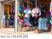 Продажа пляжно-курортной одежды. Саки, Крым (2016 год). Редакционное фото, фотограф Александр Щепин / Фотобанк Лори