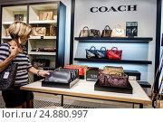 Florida, Fort Ft. Myers, Sanibel Outlets, shopping, display, sale, Coach, women's handbags, (2016 год). Редакционное фото, фотограф Jeff Greenberg / age Fotostock / Фотобанк Лори
